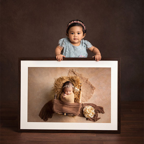 1_year_baby_hold_newborn_frame_963