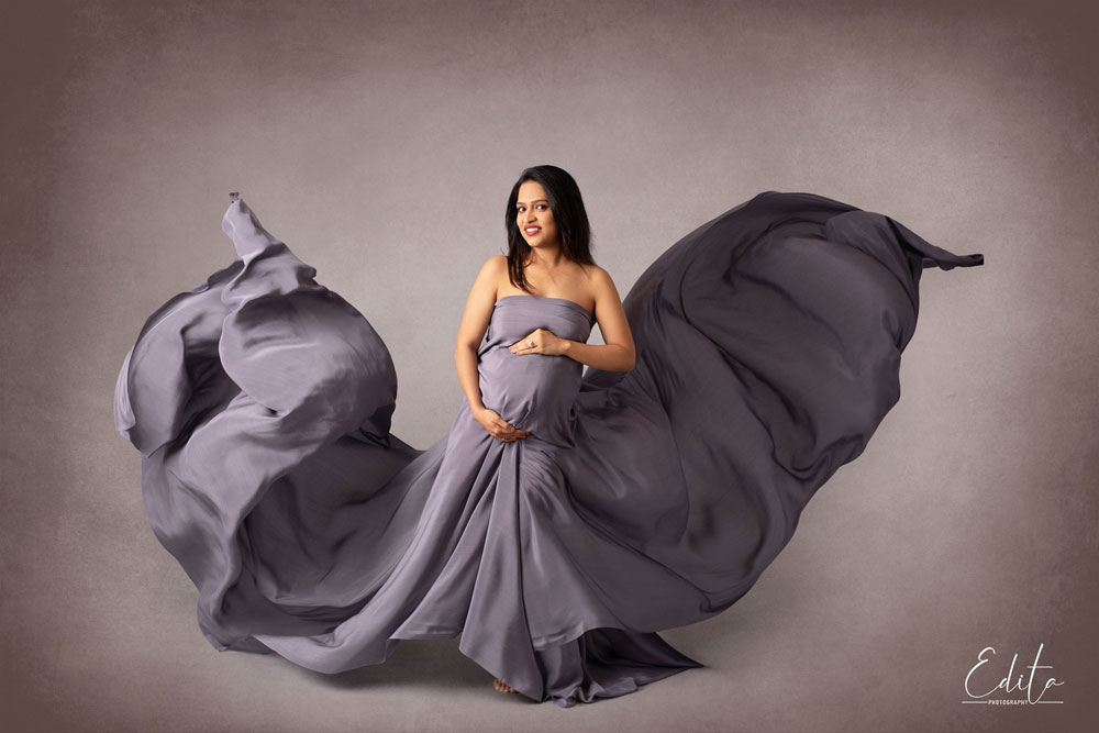 Maternity fabric tossing photography at specialized photo studio in Pune