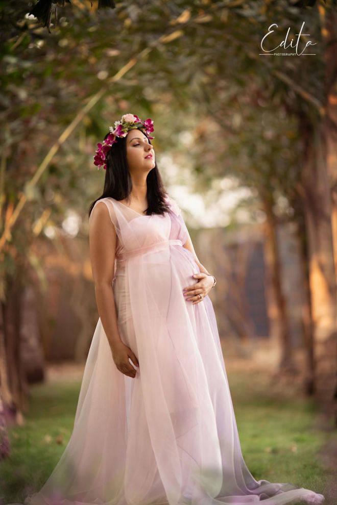 Dreamy maternity picture with closed eyes in garden in Pune