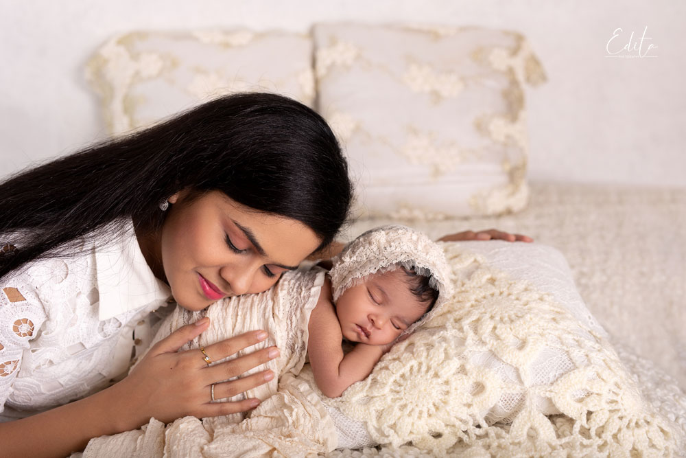 Cute baby girl and her mother photo in Pune