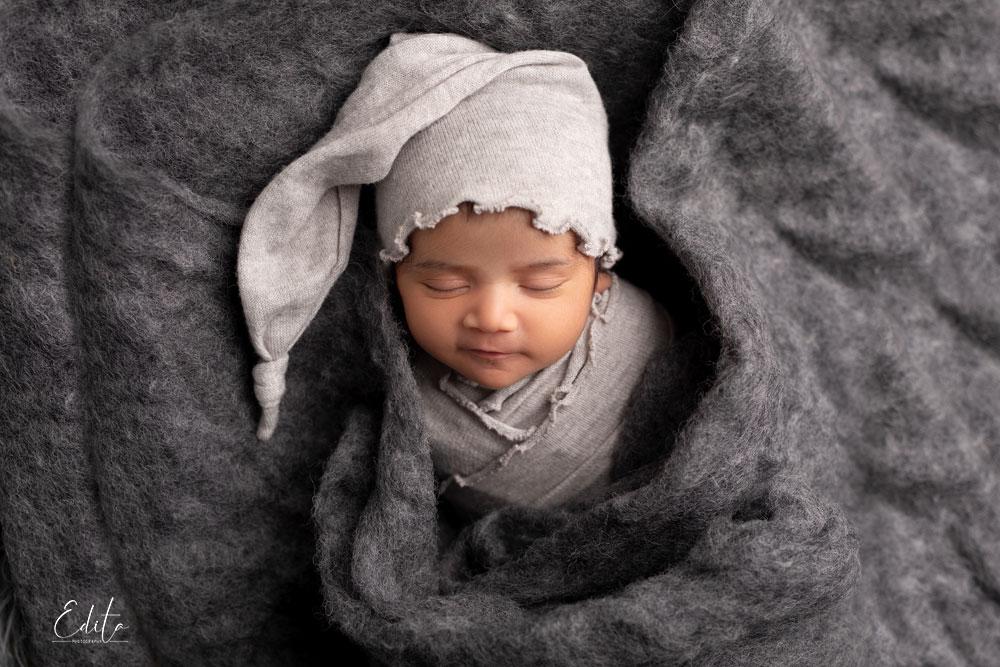 10 dyasNewborn girl in grey wool
