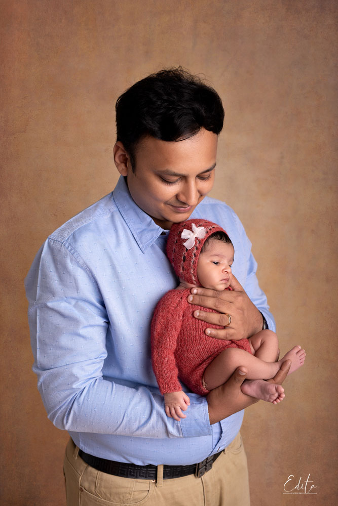 Dad and newborn daughter picture in Pune