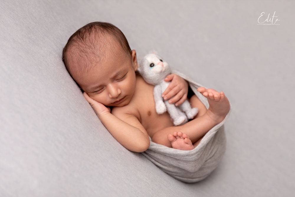 23 days neborn baby with soft toy - kitten