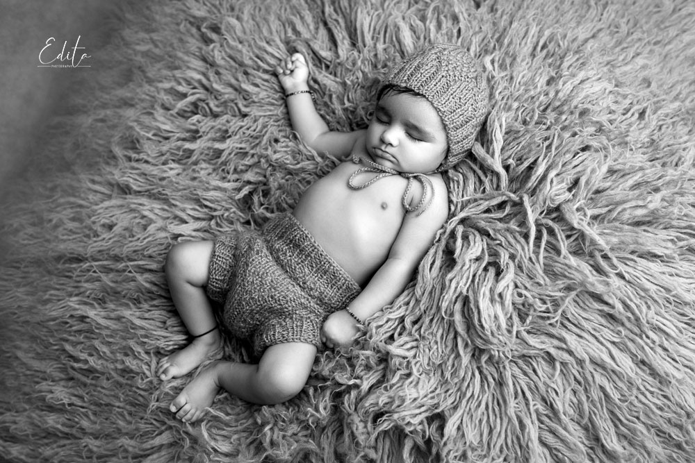 Sleeping 4 month baby on flokati black and white photo