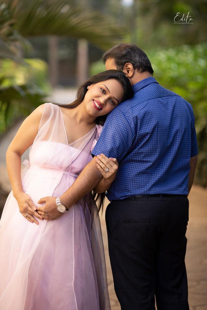 Garden maternity couple posing photography