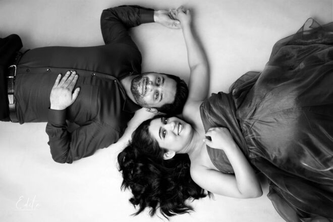 Pregnancy couple photoshoot in black and white