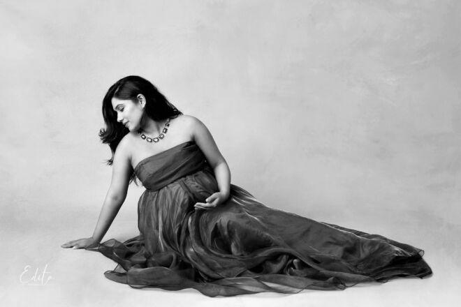 Pregnancy photo in black and white