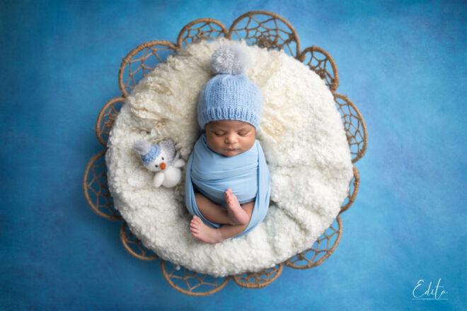 Newborn photo shoot in round basket snowman theme