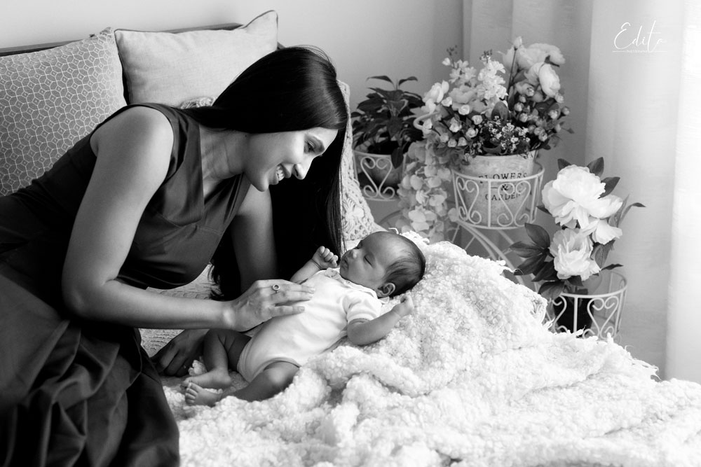 Black and white mom and baby on bed photo contactless covid-19 photography in Pune