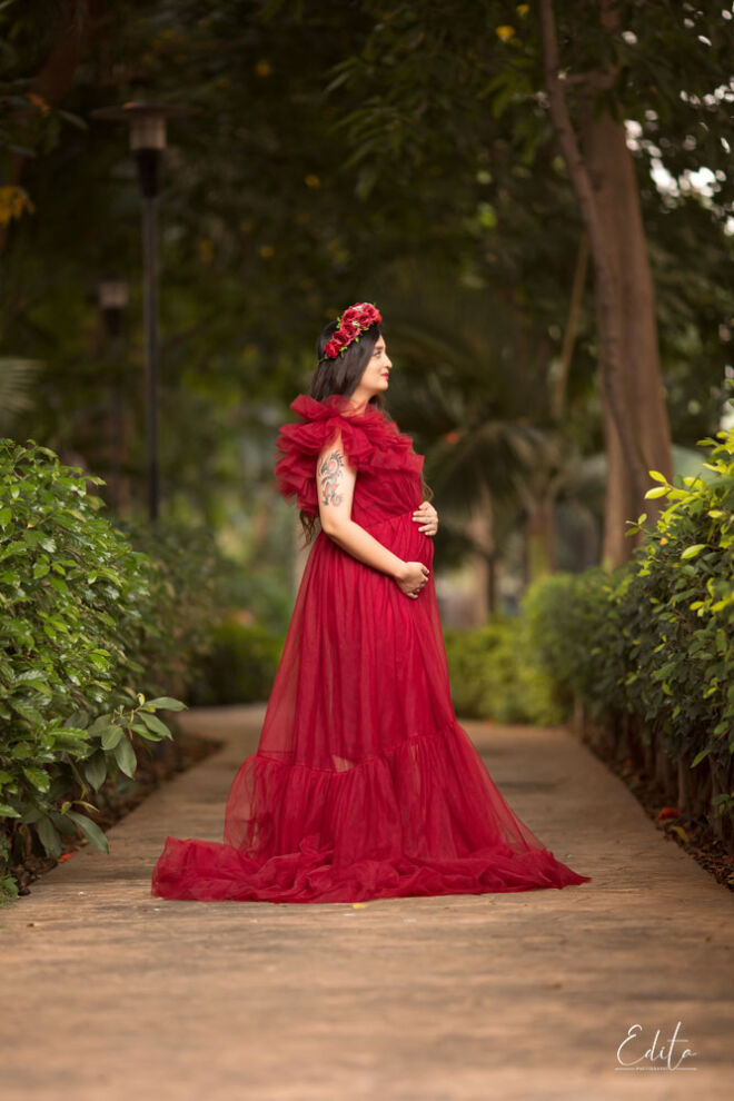 Maternity in long tulle gown photo in the garden